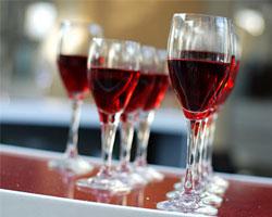 Для предупреждения проблем с уровнем холестерина надо пить красное вино