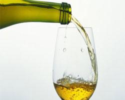 Белое вино влияет на зубную эмаль, постепенно разрушая ее