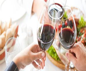 Красное освещение и звук пианино сделает вино более приятным на вкус